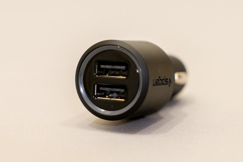 車のシガーライターソケットからUSB充電ができる 『デュアル ポート カーチャージャー [Kuel P12Q/C Dual] 』 (Spigen)